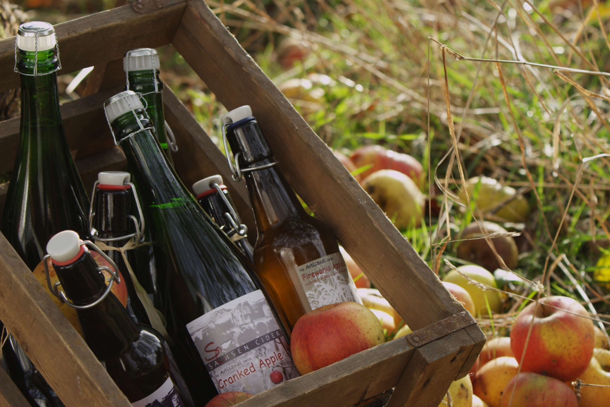 apples-cider-in-wooden-case